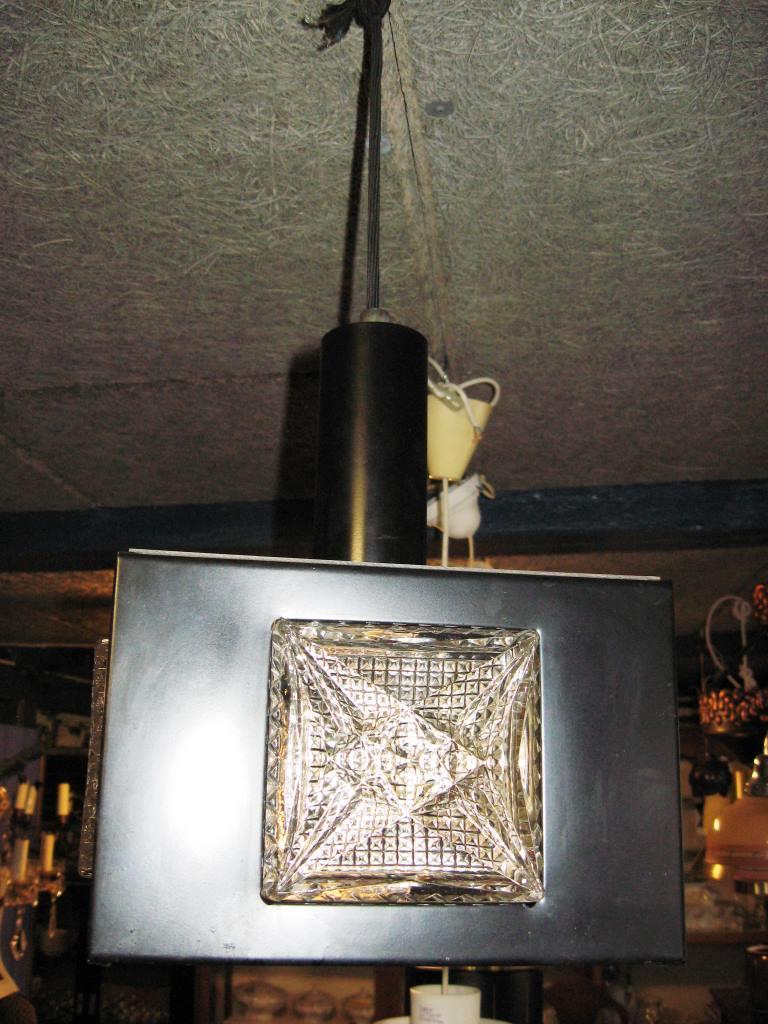 En Rigtig Typisk Loftslampe Fra 1960 70u0027erne. Lampen Er I Sort Metal Og På  Siderne Er Der Tykt Støbt Glas. Overpå Ligger Stykke Relief Plastik.